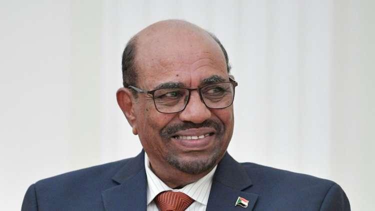البشير يقلد السفير المصري لدى الخرطوم وساما رفيع المستوى
