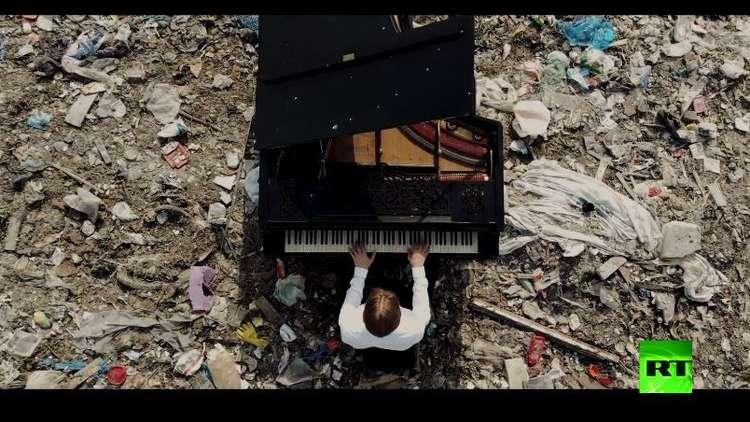 ملحن روسي يعزف موسيقاه في مكب ضخم للنفايات دعما للبيئة