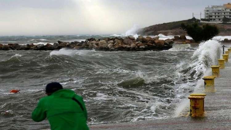 صورة للحالة السيئة للطقس في ميناء رافينا شرق أثينا