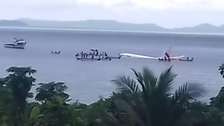 شاهد بالفيديو.. طائرة ركاب تسقط في البحر والركاب يسبحون نحو اليابسة