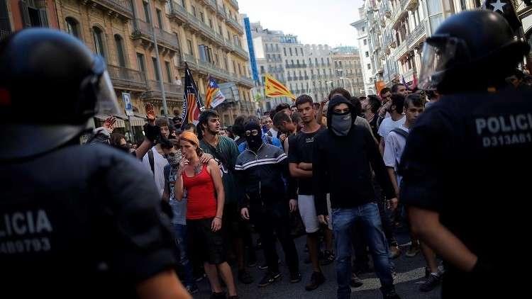 جرحى باشتباكات بين متظاهرين والشرطة في كتالونيا