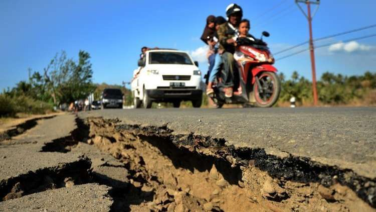 ارتفاع حصيلة ضحايا زلزال إندونيسيا إلى 832 قتيلا