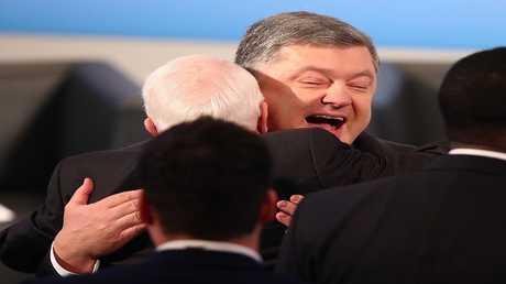 صورة ارشيفية للقاء بين رئيس اوكرانيا بوروشينكو والسيناتور الأمريكي ماكين