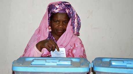 إمرأة تدلي بصوتها في الانتخابات الموريتانية