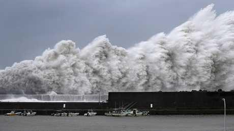 أمواج عالية ناجمة عن إعصار جابي في ميناء آكي للصيد في اليابان