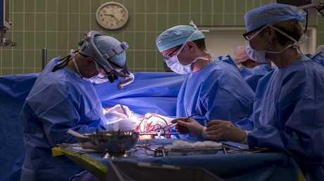 جراح ينسى إبرة في صدر مريض قتتلته