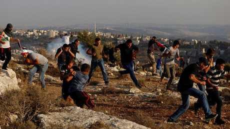 الجنود الإسرائيليون يطلقون الرصاص على المحتجين الفلسطينيين