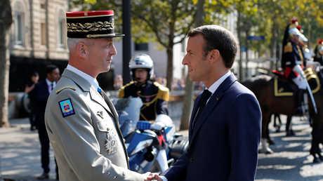 رئيس الأركان العامة للجيش الفرنسي الجنرال فرانسوا ليكونتر والرئيس الفرنسي إيمانويل ماكرون