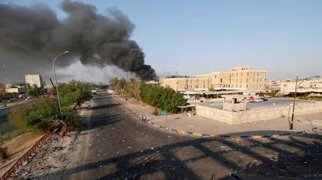 الدخان يتصاعد فوق مبان حكومية في البصرة