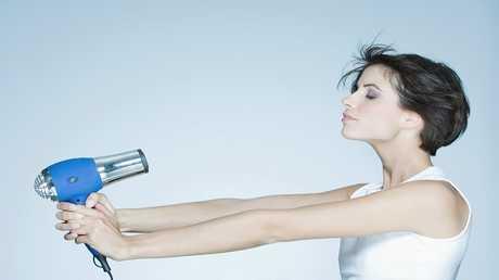 دراسة مثيرة تكشف أثر مجفف الشعر على عمرك!