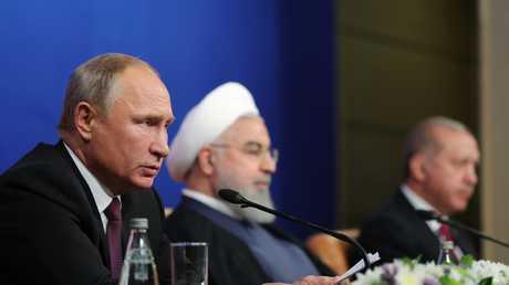 الرؤساء، الروسي فلاديمير بوتين، والتركي رجب طيب أردوغان، والإيراني حسن روحاني، خلال مؤتمر صحفي مشترك عقد عقب قمة طهران حول سوريا