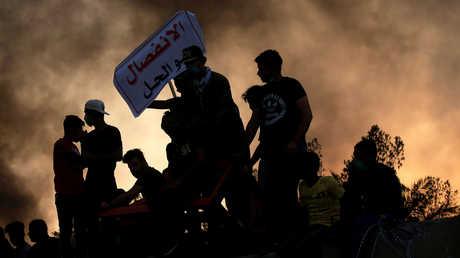 محتجون عراقيون أمام مبنى ديوان محافظة البصرة