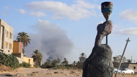 عمود دخان يتصاعد فوق منطقة القتال في طرابلس