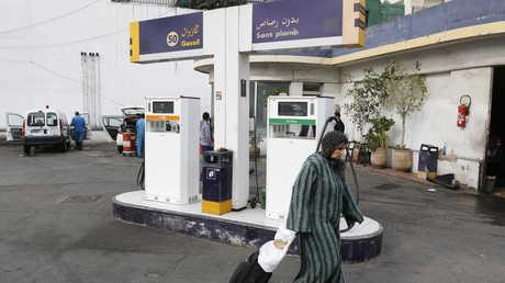 سيدة تسير أمام محطة وقود في الدار البيضاء