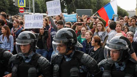 الشرطة تطوق متظاهرين في سان بطرسبورغ