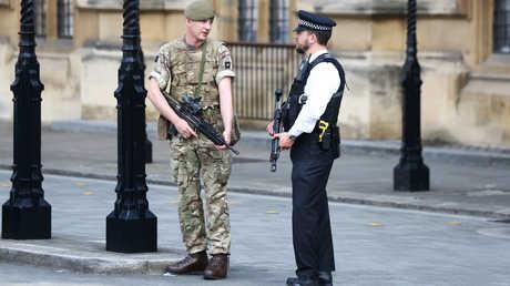 شرطي وجندي بريطانيان