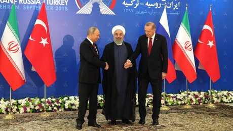 الرؤساء الروسي فلاديمير بوتين والإيراني حسن روحاني والتركي رجب طيب أردوغان
