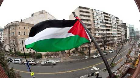 العلم الفلسطيني فوق مكتب منظمة التحرير الفلسطينية في واشنطن