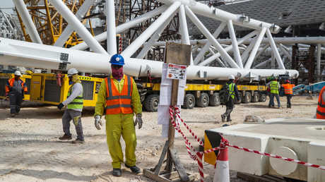 عمال أجانب في موقع بناء ملعب الوكرة القطري