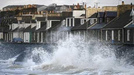 """""""علي"""" أول عاصفة تضرب بريطانيا وإيرلندا!"""