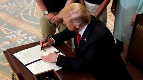 الرئيس الأمريكي، دونالد ترامب، يوقع أمرا تنفيذيا - أرشيف