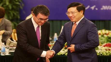 وزير الخارجية الياباني تارو كونو ونظيره الفيتنامي فام بينه مينه