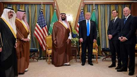 الرئيس الأمريكي دونالد ترامب، وإلى يساره جاريد كوشنير، خلال لقائه مع ولي ولي العهد السعودي آنذاك محمد بن سلمان في الرياض في 20 مايو 2017