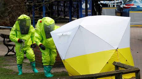 خبراء ببدلات واقية  يضربون خيمة في المكان الذي  عثر على سكريبال وابنته فيه