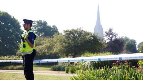 شرطي بريطاني يحرس منطقة محظورة في مدينة سالزبوري يفترض أن مادة سامة استخدمت فيها