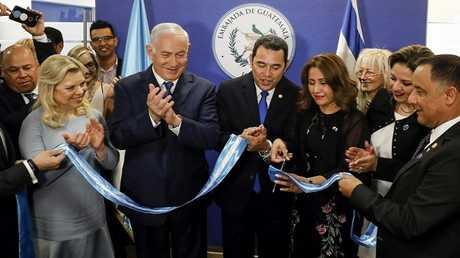 الرئيس الغواتيمالي جيمي موراليس ورئيس الوزراء الإسرائيلي بنيامين نتنياهو يفتتحان سفارة غواتيمالا في القدس في 16 مايو 2018