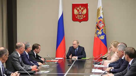 الرئيس الروسي فلاديمير بوتين خلال اجتماع مع الأعضاء الدائمين في مجلس الأمن القومي