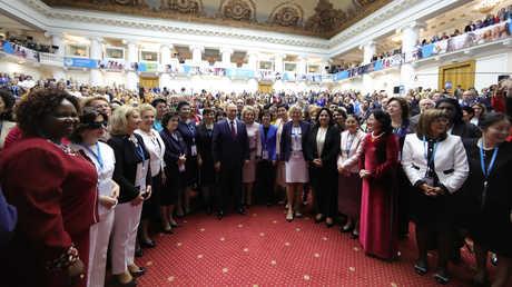 الرئيس الروسي فلاديمير بوتين والمشاركات في منتدى النساء الأوراسي في سان بطرسبورغ، 20 سبتمبر 2018