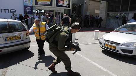 صورة من موقع عملية الطعن في مستوطنة عتصيون