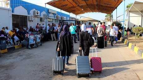 طابور طويل من المسافرين بمطار مصراته بعد إغلاق مطار طرابلس
