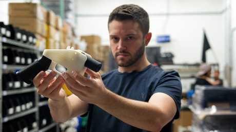 الأمريكي كودي ويلسون يستعرض مسدسا مصنعا بتقنية 3D