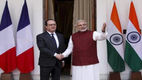رئيس الوزراء الهندي ناريندرا مودي يصافح الرئيس الفرنسي السابق فرانسوا هولاند