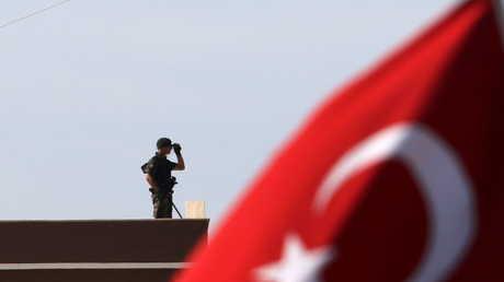 أحد عناصر الأمن في قبرص الشمالية