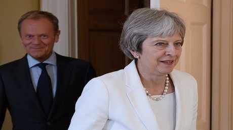 رئيس المجلس الأوروبي دونالد توسك ورئيسة الوزراء البريطانية تيريزا ماي