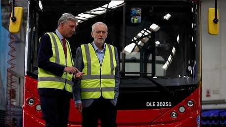 جيريمي كوربين زعيم حزب العمال البريطاني (على اليمين) وزعيم حزب العمال الاسكتلندي ريتشارد ليونارد (على اليسار)