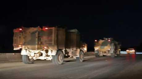 قافلة آليات عسكرية تركية بالقرب من مدينة سراقب في محافظة إدلب بشمال غرب سوريا