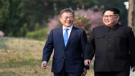 كيم ومون خلال قنتهما في بيونغ يانغ هذا الشهر