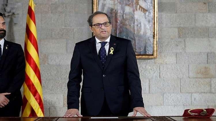 رئيس حكومة إقليم كتالونيا كيم تورا أثناء قسمه اليمين الدستورية