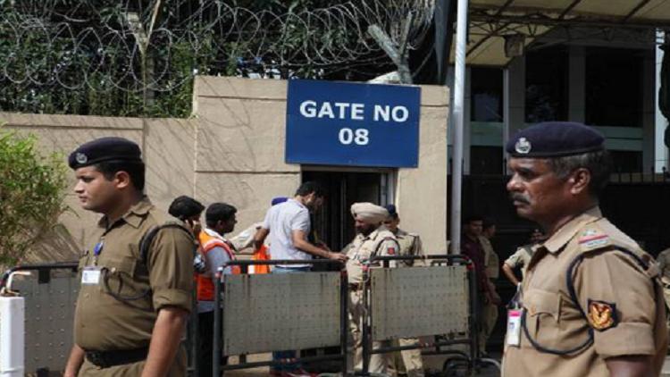 قرار غريب يلزم شرطة المطارات الهندية بتقليص ابتساماتهم