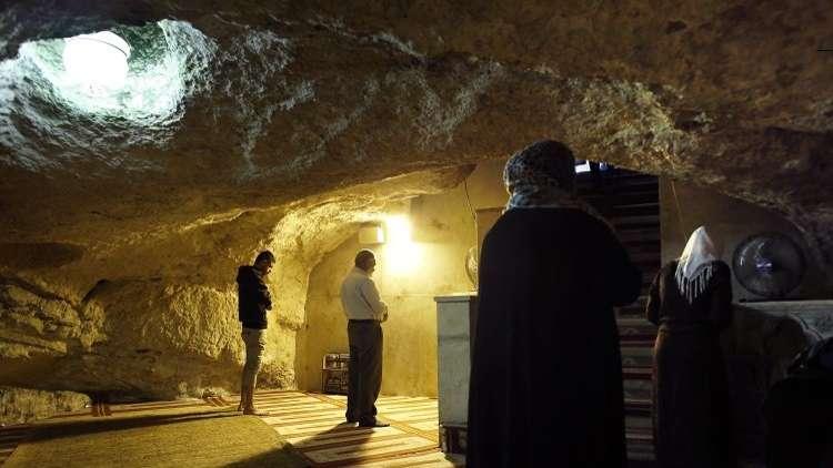 بم نظّف صلاح الدين صخرة المعراج وبم ينظفونها اليوم؟
