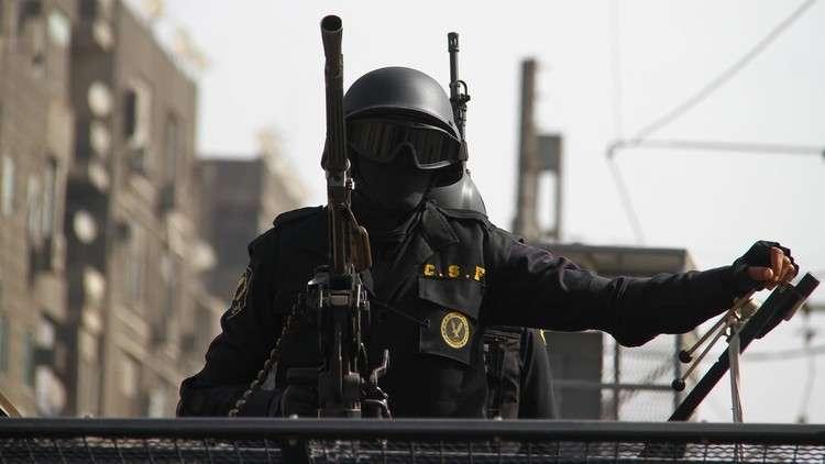 صحفي ومحامي مصريان شهيران يسلمان نفسيهما للقضاء العالي في قضية