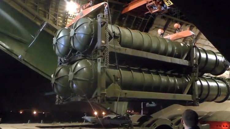 تفريغ أنظمة صواريخ الدفاع الجوي S-300 من طائرة نقل في قاعدة حميميم الجوية
