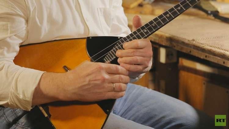 آلة البالالايكا رمز روسيا الموسيقي والثقافي