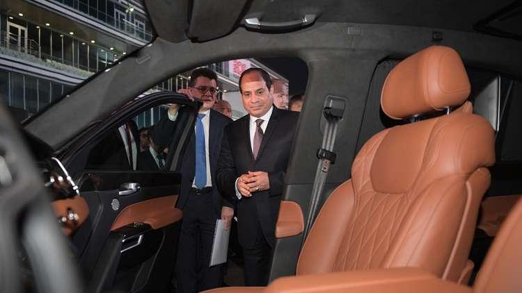 السيسي يركب سيارة بوتين الجديدة على حلبة فورمولا – 1 (صور)