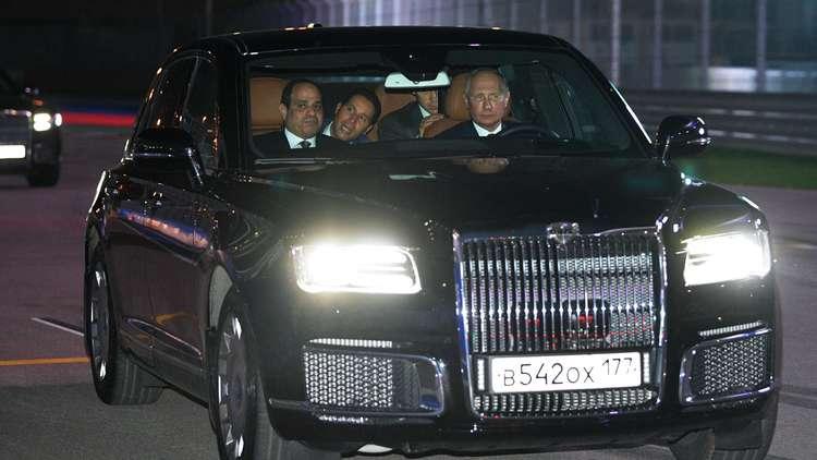 الرئيس بوتين يقود سيارة