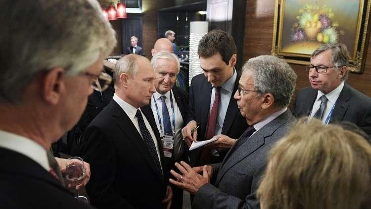 الأمين العام السابق لجامعة الدول العربية عمرو موسى والرئيس الروسي فلاديمير بوتين على هامش منتدى